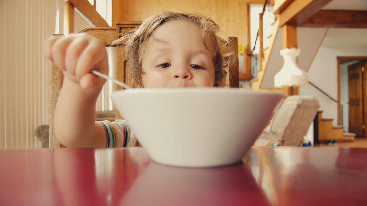 https://livehealthy.ae/wp-content/uploads/2018/08/children-eating-1280x720.jpg