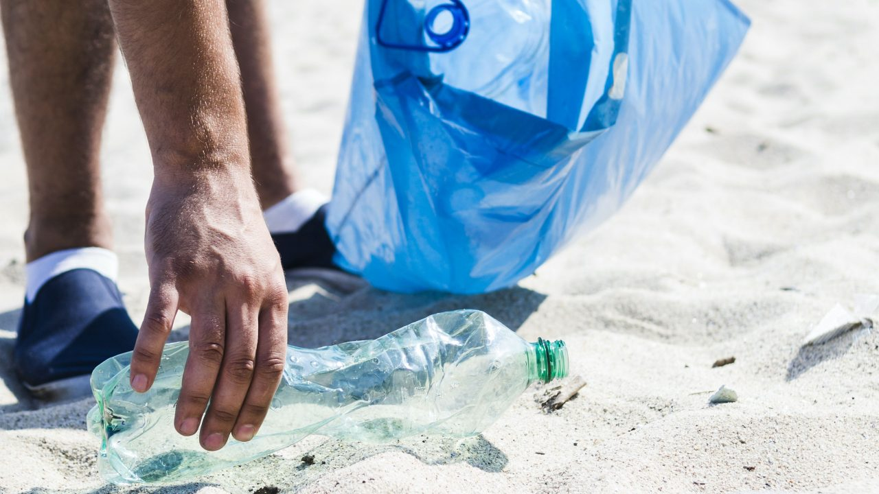 https://www.livehealthymag.com/wp-content/uploads/2021/04/Earth-Day-beach-cleanup-1280x720.jpg